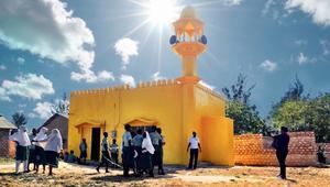 لماذا تتلون المساجد والكنائس بالأصفر في هذه الدولة؟