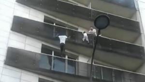 شاهد.. لاجئ بباريس ينقذ طفلاً من السقوط من الطابق الرابع