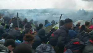 شاهد لحظة إطلاق غاز مسيل للدموع على اللاجئين بين حدود مقدونيا واليونان