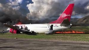 """شاهد الهروب """"المحظوظ"""" لركاب من طائرة تلتهمها النيران"""