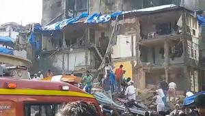 شاهد محاولات لإنقاذ عالقين بعد انهيار مبنى في الهند