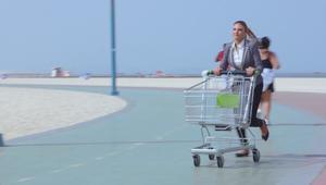 لماذا تدفع هذه السيدة عربة تسوق في شوارع دبي؟