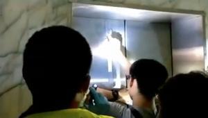 لحظة إنقاذ امرأة من مصعد تعطل بعد زلزال في تايوان
