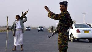 صورة أرشيفية لجندي يمني قرب إحدى نقاط التفتيش في مدينة عمران شمال صنعاء