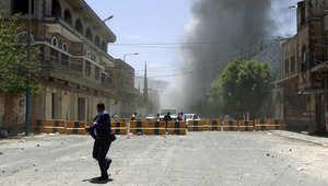 أعمدة الدخان تتصاعد من أحد الشوارع في العاصمة صنعاء