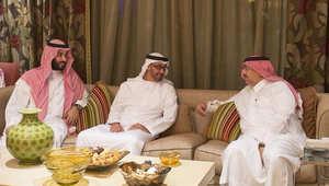 وزير داخلية الإمارات يتغنى بصورة جمعت محمد بن سلمان ومحمد بن نايف ومحمد بن زايد