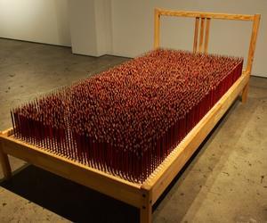 هل يمكنك النوم على سرير فيه 4 آلاف قلم رصاص؟