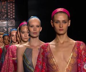 مصممة الأزياء ريم عكرا تستكشف عالم الأزياء في دبي