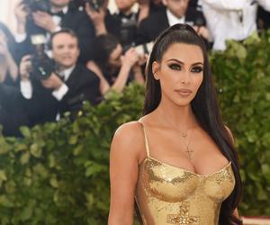 شاهد..كيم كارداشيان بفستان ذهبي ضيق بحفل