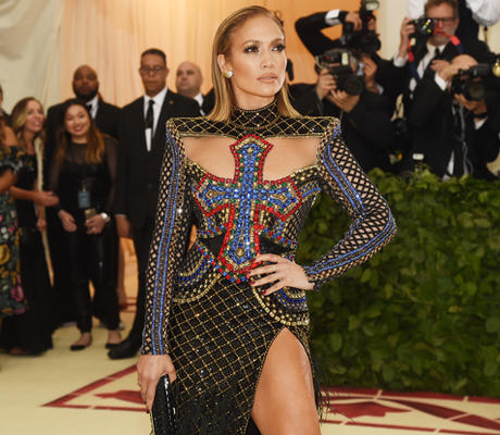 """جينيفير لوبيز تتألق بفستان مثير يتوسطه صليب في حفل """"ميت غالا"""""""