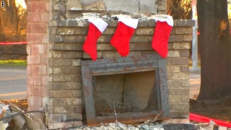 شاهد.. بهجة عيد الميلاد بين أنقاض المنازل المدمرة بكاليفورنيا