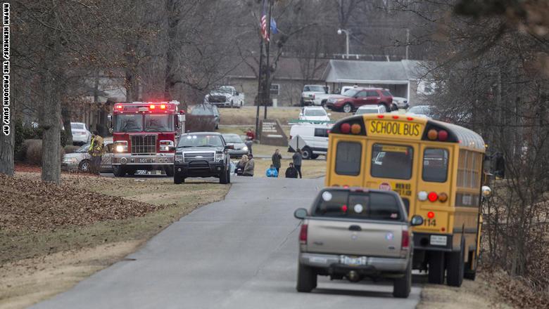 شاهد.. مقتل شخصين في إطلاق نار بمدرسة في كنتاكي