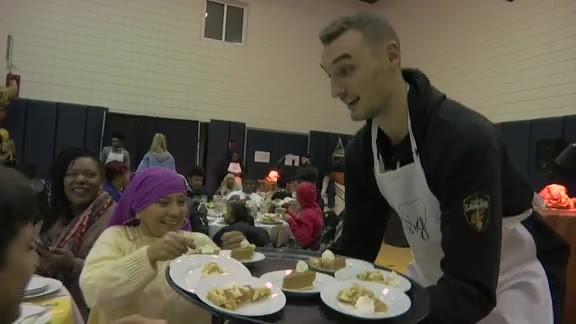 Cavs Serve Thanksgiving Dinner to Local Families