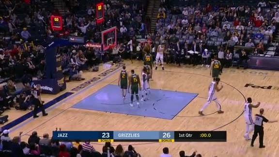 Chandler Parsons banks it in at the buzzer