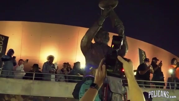 Fans hold impromptu second line to honor Tom Benson