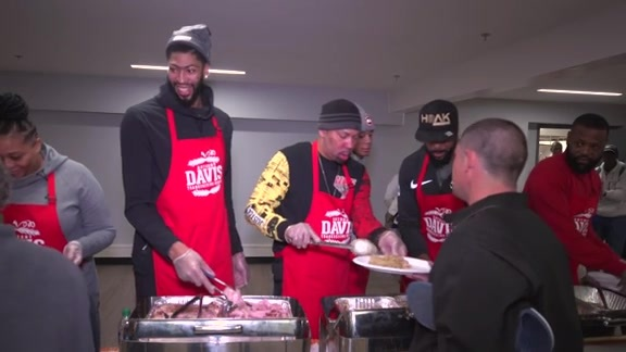 Anthony Davis hosts 6th annual Thanksgiving Dinner
