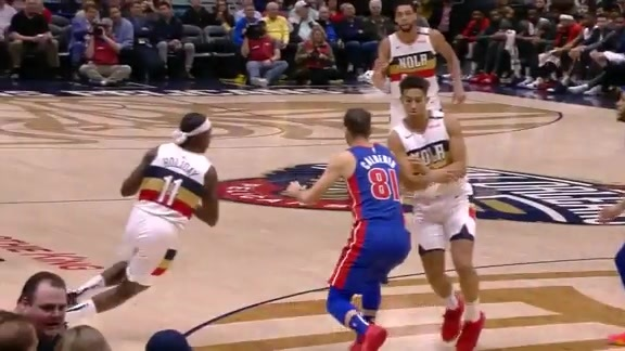 Jrue Holiday gets to the basket with ease