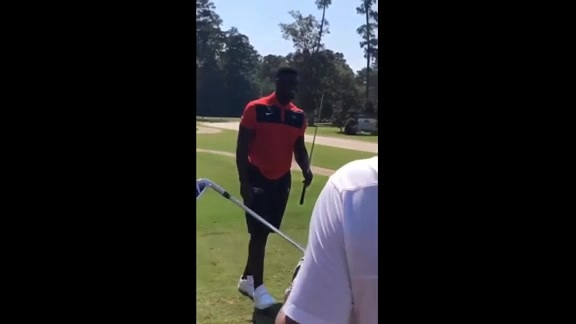 Zion Williamson snaps golf club while teeing off
