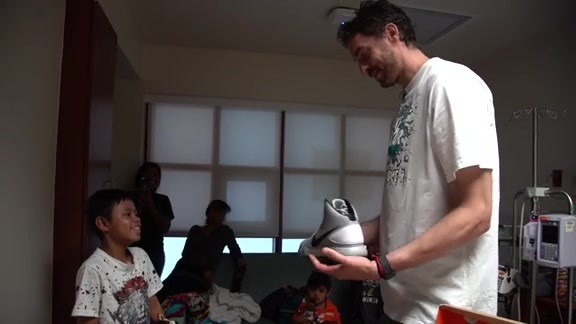 Pau Gasol Visits Methodist Children's Hospital